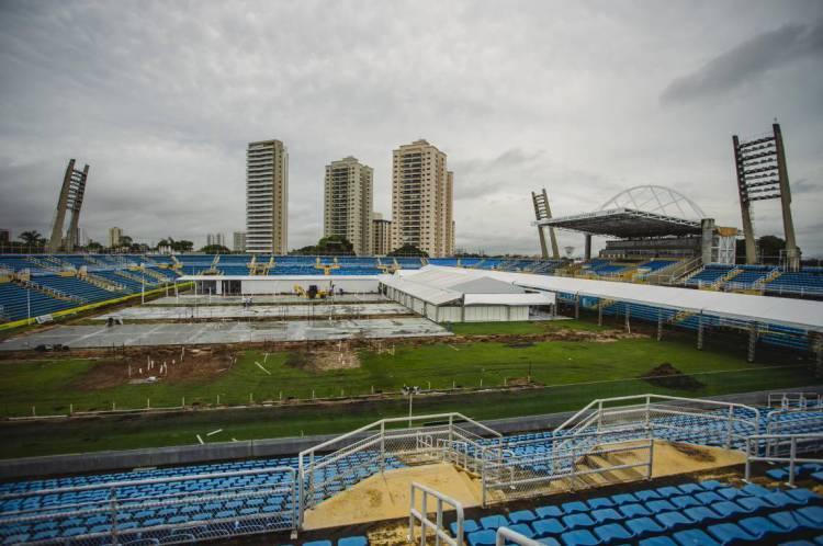 Prefeitura está construindo hospital de campanha no estádio Presidente Vargas para atender à demanda de pacientes com covid-19