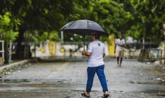 FORTALEZA, CE, BRASIL, 04-04-2020: Homem de Guarda chuva proximo a Praça do Coração de Jesus. Dia de chuva em Fortaleza em época de COVID-19. (Foto: Aurelio Alves/O POVO)