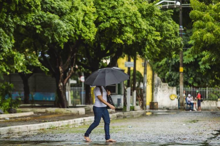 Dia de chuva em Fortaleza em época de COVID-19. (Foto: Aurelio Alves/O POVO)