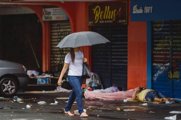 FORTALEZA, CE, BRASIL, 04-04-2020: Mulher de Guarda chuva proximo a Praça do Coração de Jesus. Dia de chuva em Fortaleza em época de COVID-19. (Foto: Aurelio Alves/O POVO)