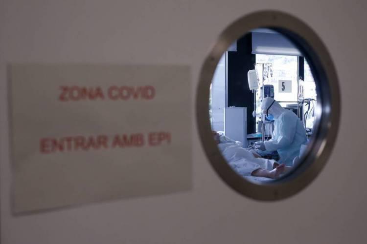 Barcelona. Atendimento em uma unidade de saúde (Foto: Pau Barrena / AFP)