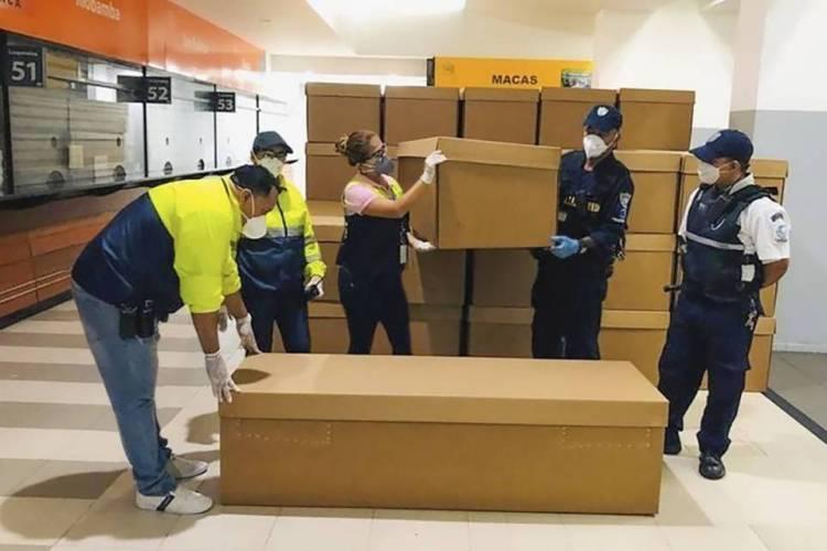 Equador faz enterro de mortos por COVID-19 em caixões de papelão. (Foto: Reprodução / Twitter)