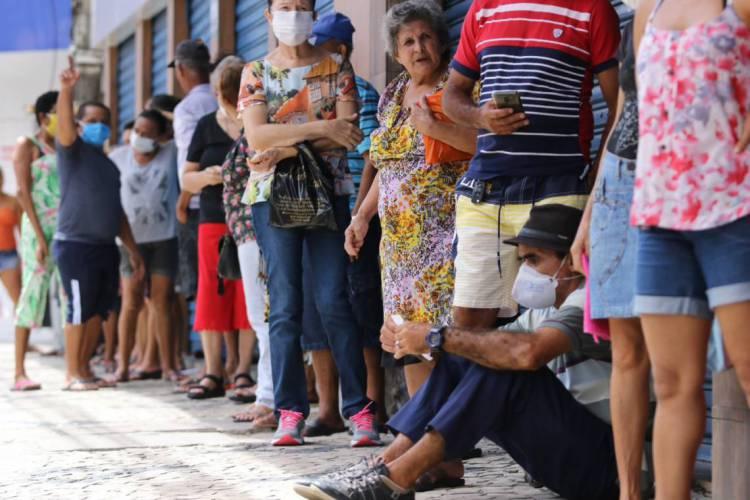 Pessoas se aglomeram em filas de bancos no Centro (Foto: Fabio Lima)