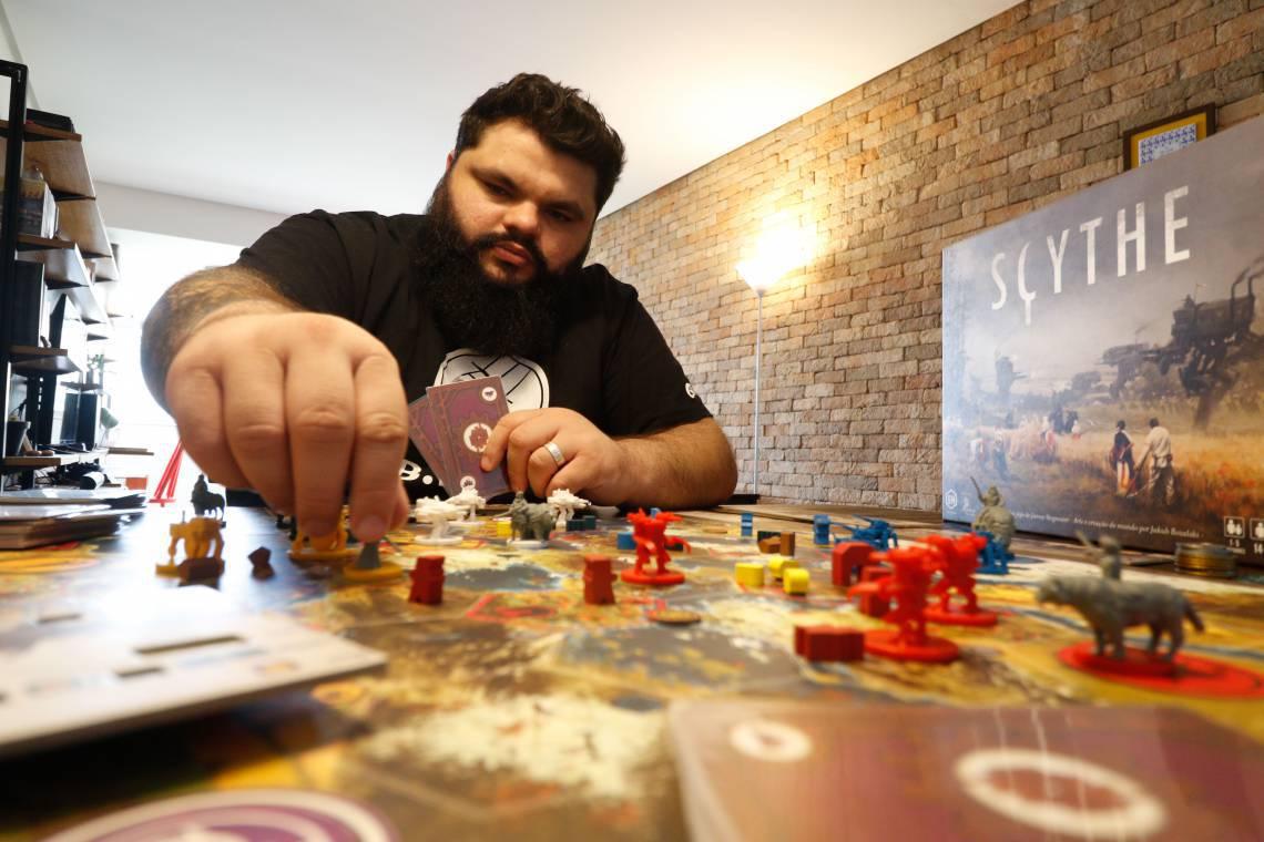 Aérton Freitas é colecionador e entusiasta dos jogos de tabuleiro (BÁRBARA MOIRA/ O POVO)