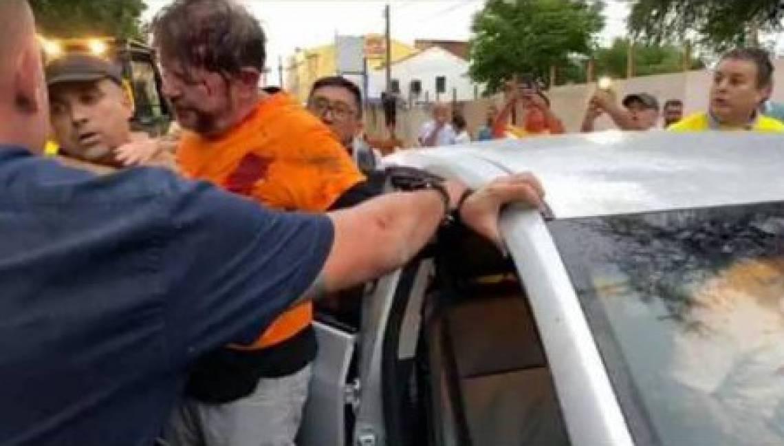 Após avançar com uma retroescavadeira contra manifestantes, Cid Gomes foi alvo de disparo durante manifestação de PMs em Sobral em fevereiro deste ano