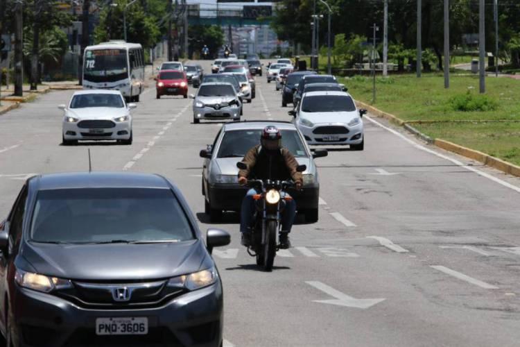 FLUXO DE VEÍCULOS NA AV. WASHINGTON SOARES NO FIM DA MANHÃ DESTA QUARTA-FEIRA  (Foto: Fábio Lima)