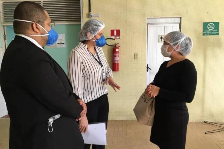 Representantes do Coren e do Sindsaúde em fiscalização no Hospital Fernandes Távora nesta quarta-feira, 8. (Foto: Divulgação/Coren)