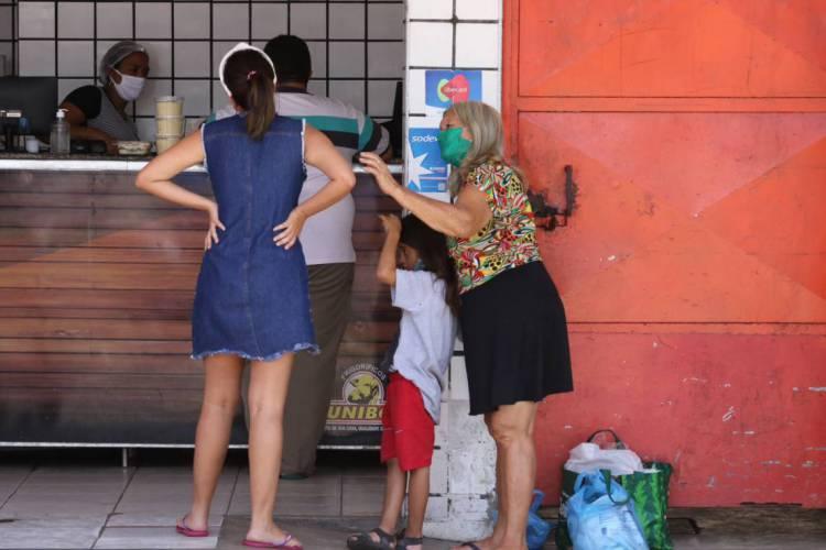 FORTALEZA, CE, BRASIL, 08.04.2020: pedintes ficam nas portas de estabelecimentos essenciais como supermercados e padarias para conseguir algum alimento. (Fotos: Fabio Lima/O POVO) (Foto: Fabio Lima)
