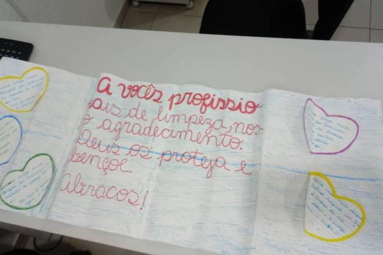 Os textos são encaminhados em forma de cartazes e bilhetes colados junto aos sacos de lixo (Foto: Divulgação/EcoFor)