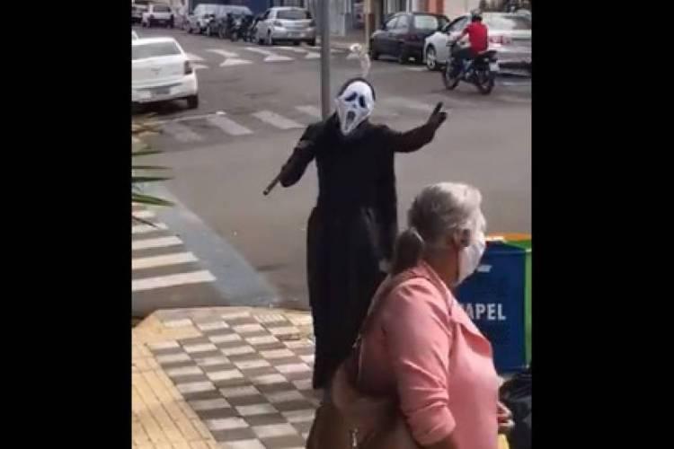 Vídeo com homem fantasiado de 'morte' circula pelas redes sociais (Foto: Reprodução/Twitter)