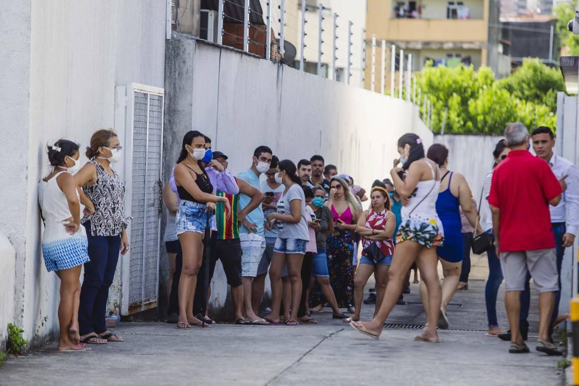 Fila grande em agencia bancaria na Avenida Bezerra de Meneses. Movimentação na cidade em época de COVID-19. (