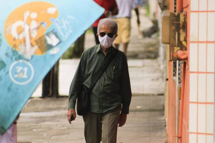 Pedestre usando máscaras nas ruas da Capital em meio à pandemia de Covid - 19)