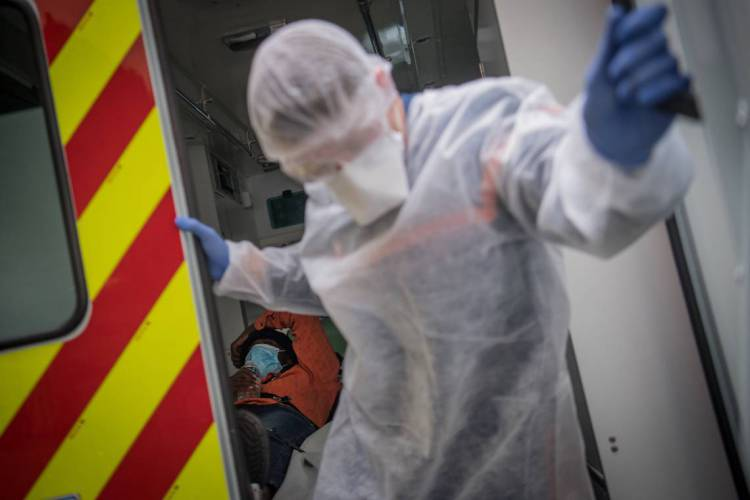 Paciente com coronavírus é carregado para uma unidade hospitalar na França  (Foto: Loic VENANCE / AFP)