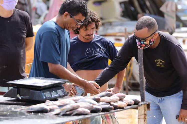 O objetivo é evitar aglomeração de pessoas no Mercado dos Peixes comprando peixe para a Semana Santa (Foto: Fabio Lima/O Povo)