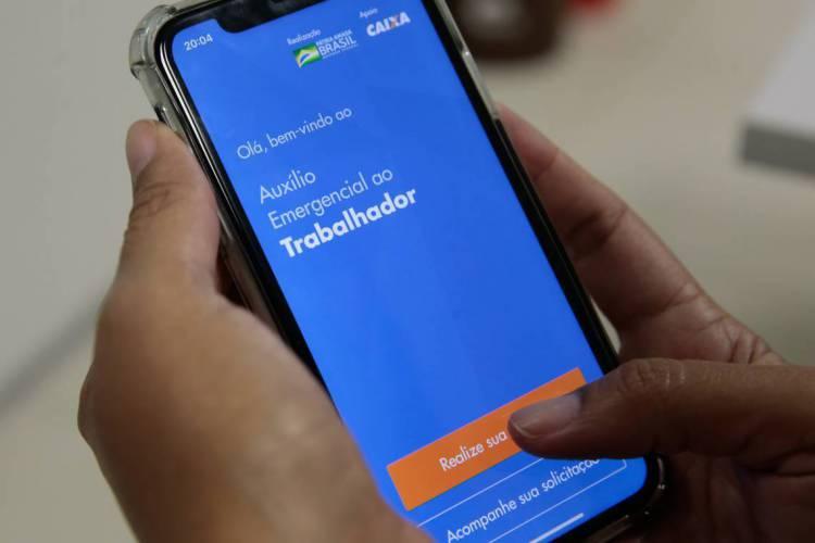 Aplicativo da Caixa do auxílio emergencial em razão da crise do coronavírus (Foto: Marcello Casal Jr/Agência Brasil)