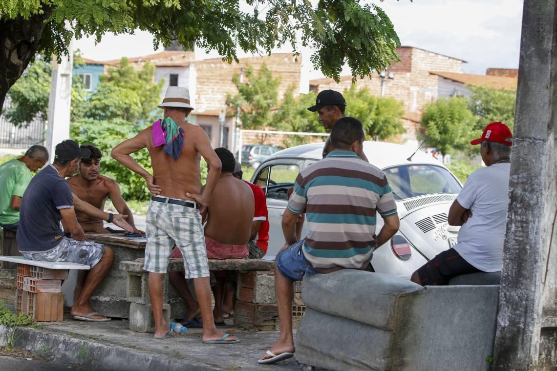 MORADORES aglomerados em ruas do bairro Dias Macedo nesta sexta-feira, 10