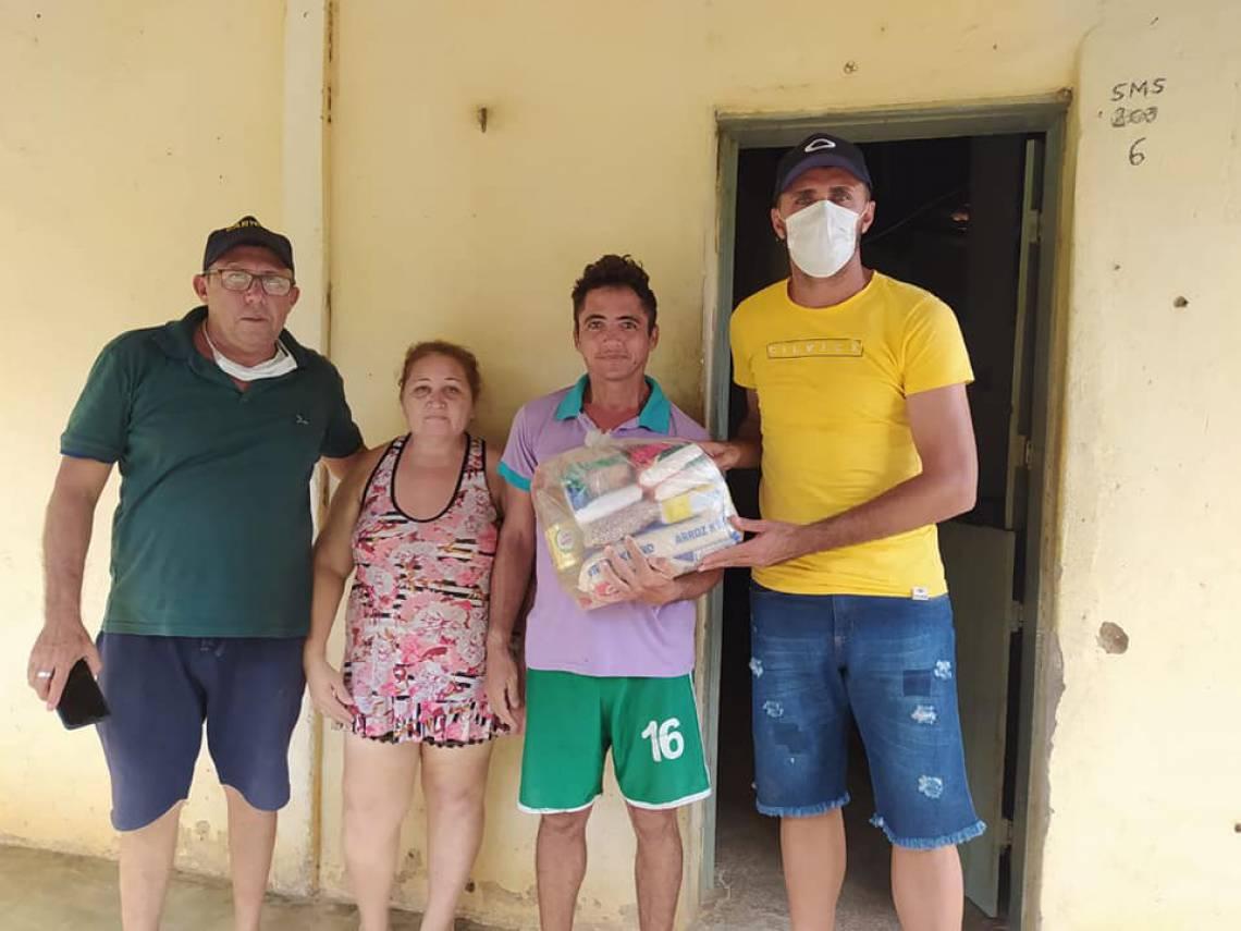 Edson Cariús e alguns amigos distribuíram cestas básicas na cidade natal do jogador