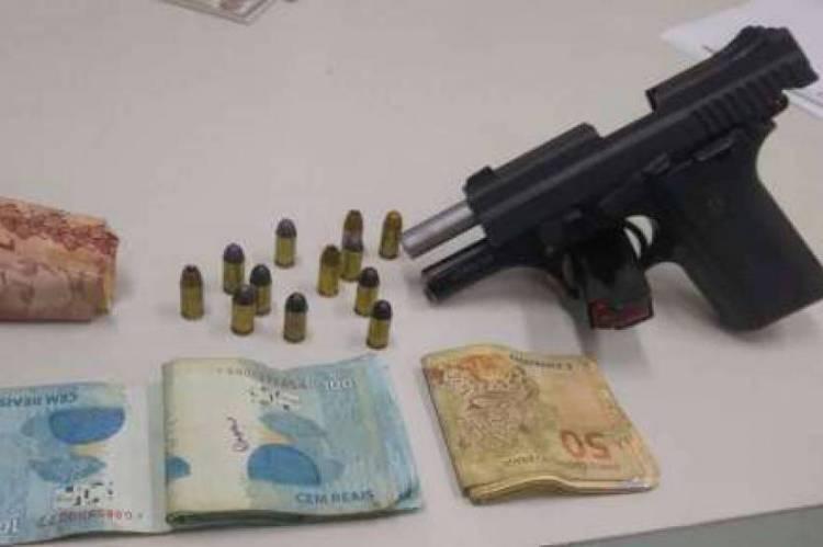 Arma, munição e dinheiro apreendidos com o acusado