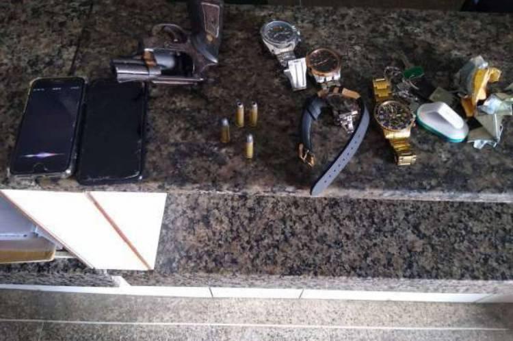 Celulares, relógios, arma e munições foram apreendidos com os suspeitos