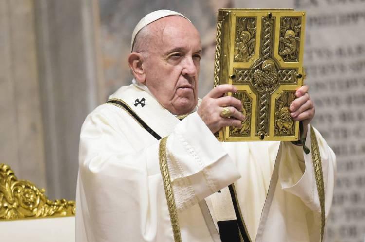 Papa segura o Livro Sagrado das Orações durante a Vigília do Sábado Santo, realizada a portas fechadas na Basílica de São Pedro, no Vaticano