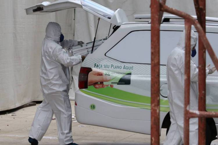 FORTALEZA, CE, BRASIL, 13.04.2020: Funerária retira corpo de possível vítima de covid  no IJF2  (Fotos: Fabio Lima/O POVO)