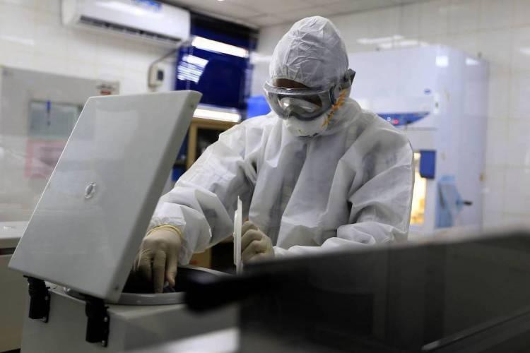 A confirmação foi feita por meio de sequenciamento genético realizado no Laboratório Estratégico do Instituto Adolfo Lutz, que é referência nacional. (Foto: MOHAMMED HUWAIS / AFP)
