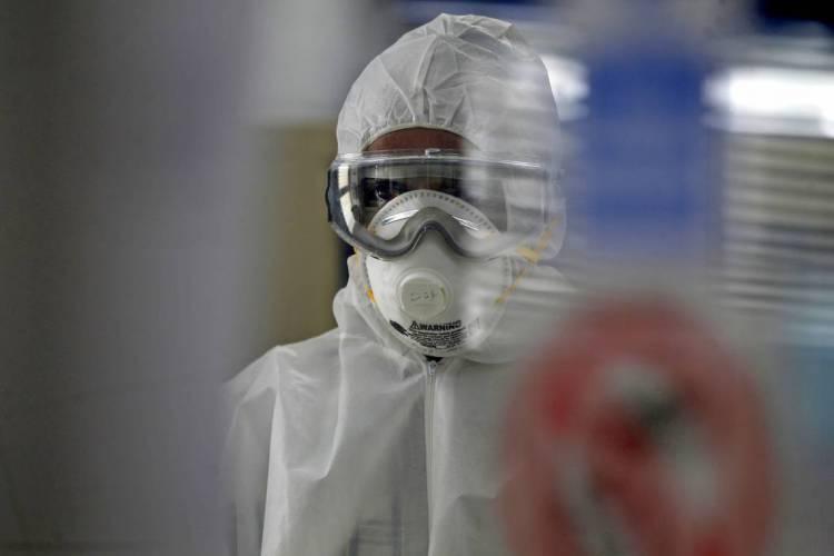 Testes de pacientes são analisados em laboratório sobre coronavírus (Foto: MOHAMMED HUWAIS / AFP)