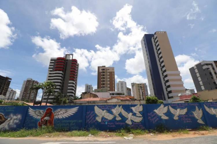 Pintura no muro do prédio após seis meses do desabamento do edifício Andrea