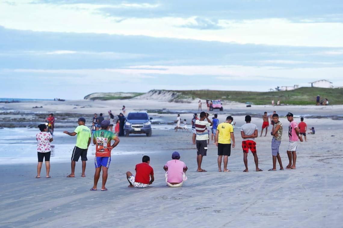 Praia do Uraú ficou cheia de gente que acompanhava buscas pela aeronave