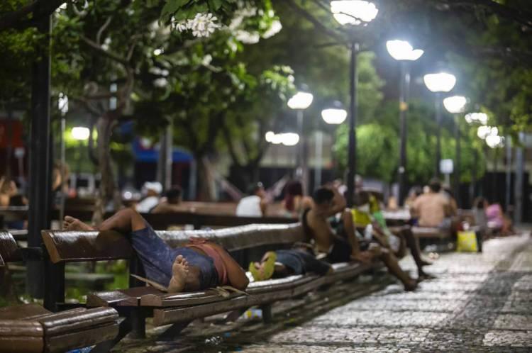 Moradores em situação de rua na Praça do Ferreira, no Centro de Fortaleza, no pico da primeira onda da pandemia na Capital