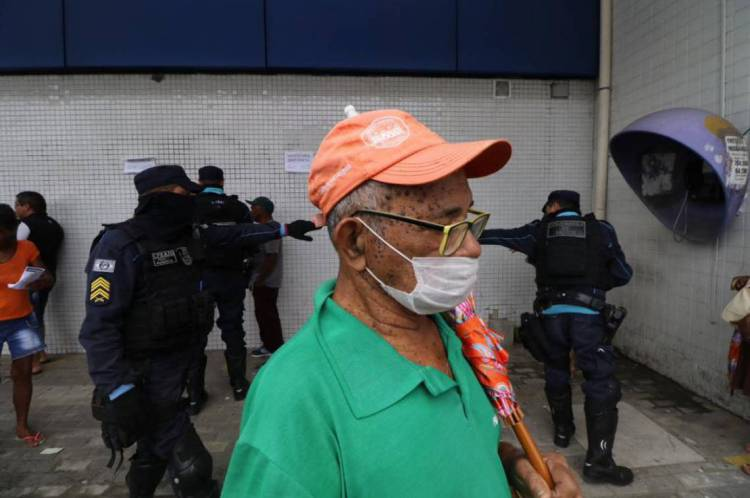 Ação da PM para distanciamento social em agências bancárias de Fortaleza