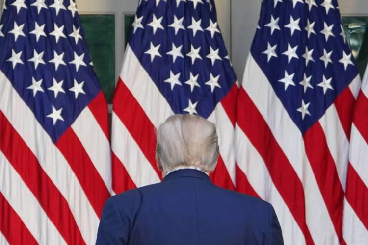 Presidente dos Estados Unidos, Donald Trump, e bandeiras do país (Foto: Mandel Ngan / AFP)
