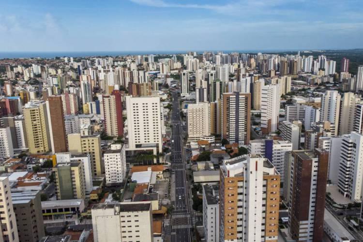 Decreto estadual vigente prevê regras específicas para condomínios urbanos e praianos com o objetivo de evitar a formação de aglomerações nos locais.  (Foto: Fco Fontenele/ O POVO)