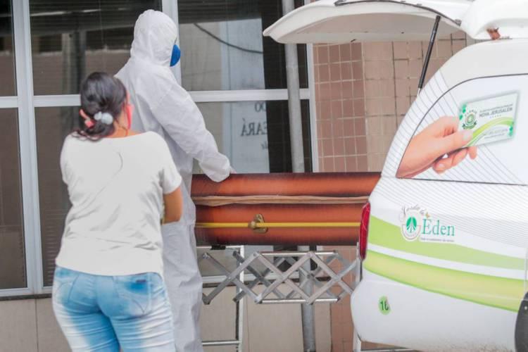 Caixão é retirado do Hospital Leonardo Da Vinci em Fortaleza. Hospital é exclusivo para pacientes com coronavírus  (Foto: JÚLIO CAESAR)