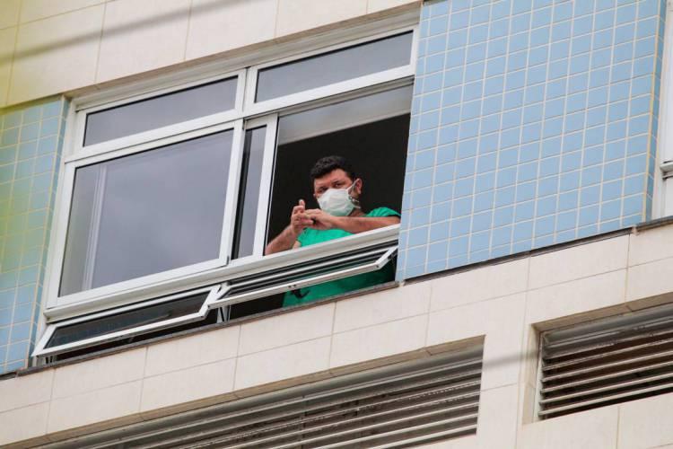 FORTALEZA-CE, BRASIL, 15-04-2020: Profissional de Saúde em janela do Hospital Leonardo Da Vinci em Fortaleza. Hospital está trabalhando exclusivamente com pacientes com coronavírus - Covid-19. ( Foto: Júlio Caesar / O Povo) (Foto: JÚLIO CAESAR)