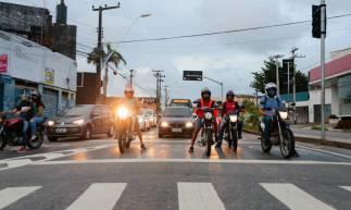 FORTALEZA-CE, BRASIL, 16-04-2020: Motos, carros e ônibus em cruzamentos de Fortaleza. Segundo estudo, houve diminuição de mais de 50% no trânsito da cidade em meio ao isolamento social. ( Foto: Júlio Caesar / O Povo)
