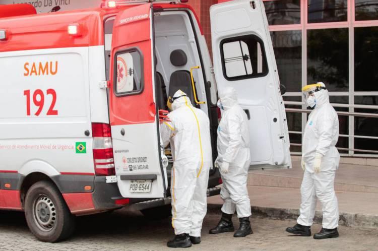 FORTALEZA-CE, BRASIL, 16-04-2020: Profissionais de saúde em ambulância antes de sair do Hospital Leonardo Da Vinci para buscar uma pessoa com suspeita de ter COVID-19 em Fortaleza. ( Foto: Júlio Caesar / O Povo)