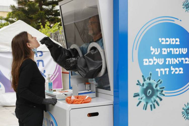 Cabine instalada em rua de Tel-Aviv (Foto: Jack Guez / AFP)