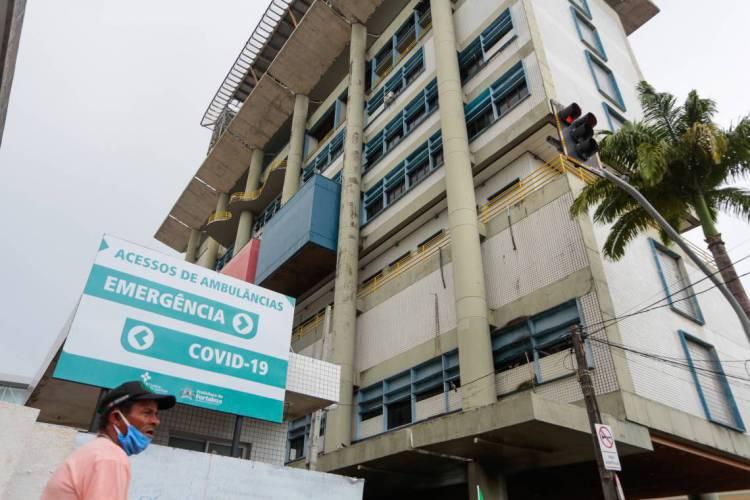Instituto Doutor José Frota (IJF): 49 dos 50 leitos de UTI para pacientes de Covid-19 estavam ocupados na noite de ontem, de acordo com o prefeito Roberto Cláudio  (Foto: JÚLIO CAESAR)