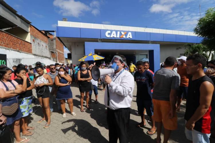 FORTALEZA, CE, BRASIL, 16.04.2020:  população continua aglomerada nas filas dos bancos, CEF da Messejana. (Fotos: Fabio Lima/O POVO) (Foto: Fabio Lima)