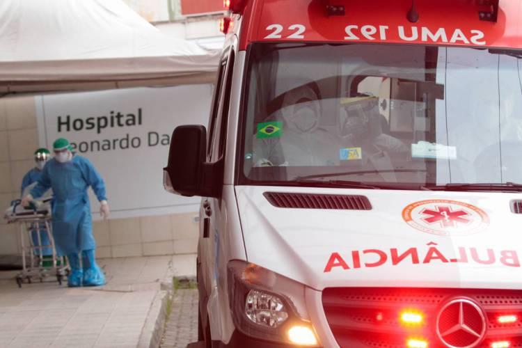 Profissionais de saúde em ambulância antes de sair do Hospital Leonardo Da Vinci para buscar uma pessoa com suspeita de Covid-19 em Fortaleza POL 11.05.2020 (Foto: JÚLIO CAESAR)