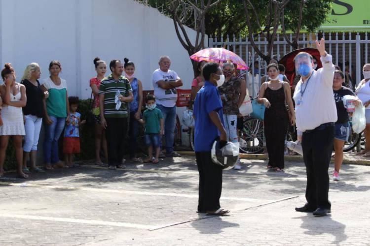 CEF da Messejana: população continua aglomerada nas filas dos bancos  (Foto: Fabio Lima/O POVO)