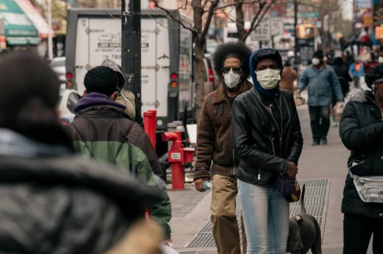 PEDESTRES no bairro de Brooklyn, em Nova York: cidade é o epicentro da epidemia nos EUA