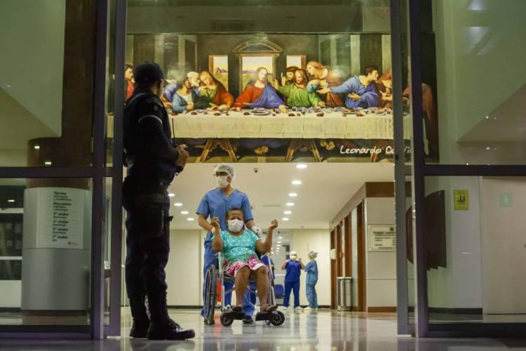 FORTALEZA, CE, BRASIL, 18-04-2020: Maria do Socorro Lima Bernardo, 69 anos, técnica de raio x, curada do COVID-19 . Hospital Leonardo da Vinci, hospital criado para combater o COVID-19. (Foto: Aurelio Alves/O POVO) (Foto: AurÉlio Alves)