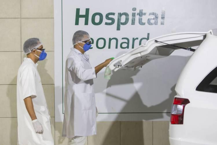 Homem morto por Covid-19 sai em caixão do Hospital Leonardo da Vinci (Foto: Aurelio Alves/O POVO)