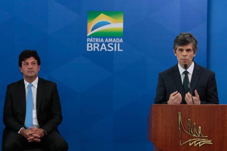 O ex- ministro da Saúde, Luiz Henrique Mandetta e o novo ministro, Nelson Teich, durante solenidade de posse  no Palácio do Planalto (Foto: Marcello Casal Jr/Agência Brasil)