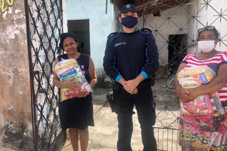Policiais realizam a entrega das doações em Fortaleza