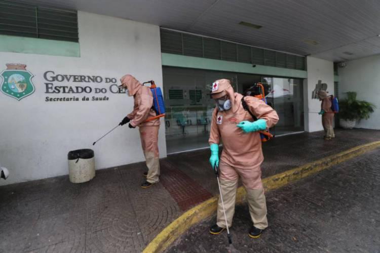 FORTALEZA. 20.04.2020. Agentes da Cruz Vermelha fazem higienização nos entornos do Hospital Geral César Cals, no Centro (Foto: Fábio Lima/O POVO)
