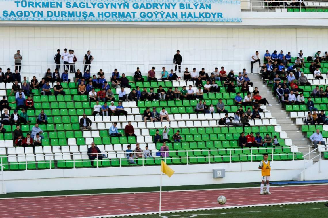Cerca de 300 pessoas assistiram a partidas do campeonato do Turcomenistão em Asjabad