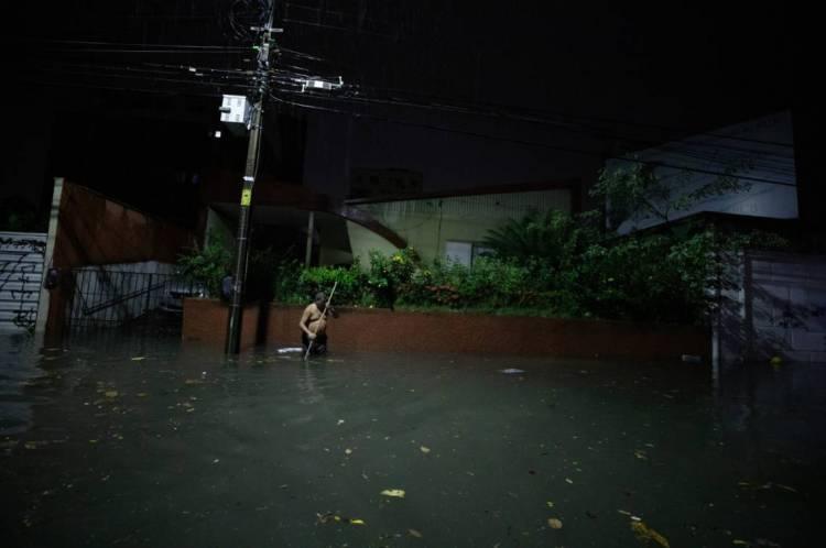 Na rua Carlos Vasconcelos, próximo à avenida Heráclito Graça, no bairro Aldeota, a via ficou alagada durante a chuva da madrugada